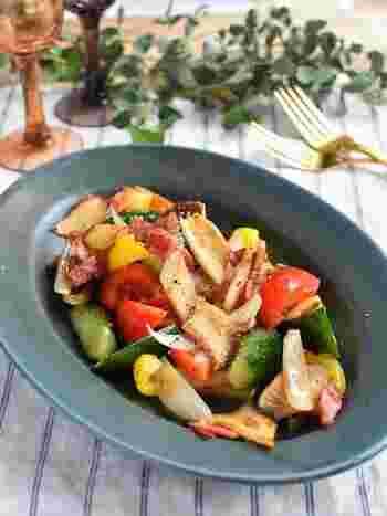 さっと炒めるだけで出来上がり!パプリカの赤ときゅうりの緑色で彩り鮮やかな、デリ風のシンプルホットサラダです。