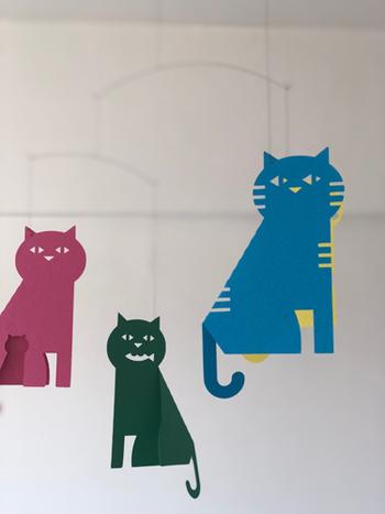 こちらは猫のモビール。シンプルな色使いがオシャレで、立体的な猫のしっぽに遊び心を感じます。