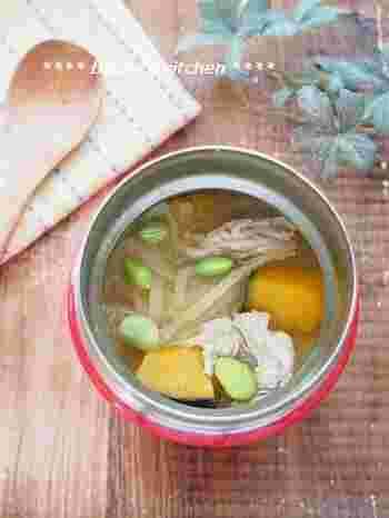 秋の野菜のかぼちゃを入れて、甘みが美味しい豚汁なんていかがでしょうか?かぼちゃは固い生の状態でも、スープジャーの中で保温されている間に柔らかくなるので、とても簡単に作れます。