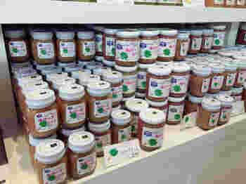 最近人気があるルバーブのジャムをはじめ、季節のフルーツをふんだんに使ったジャムが店内にぎっりしならんでいます。