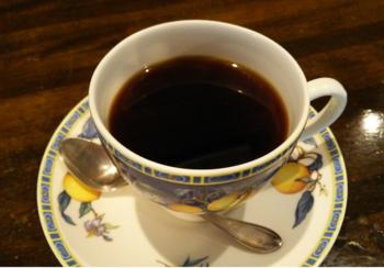 注文を受けてから豆を挽き、1杯ずつハンドドリップされるコーヒー。画像は『樹の花 中煎り』。