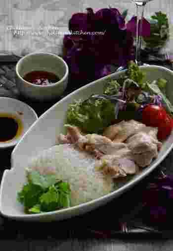 東南アジアの屋台料理として親しまれる、シンガポールチキンライス。  炊飯器を使えば、簡単に作ることができます。 味付けした鶏肉をお米と一緒に入れて、いつも通りご飯を炊けばOK。  しょうががきいたさっぱりとした味わいとチリソースが、食欲をそそります。