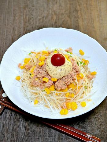 子どもも大好きなツナマヨコーン。大根サラダと合わせても美味しくいただけます。マヨネーズだけだと少し甘くなるので、ゴマドレッシングを使って風味よく仕上げれば、ご年配の方にも喜ばれそう。