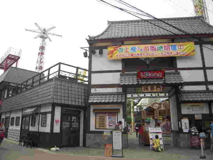 六区通りから浅草寺の裏側に向かって歩くと見えてくるのが「花やしき」。今年で開業165年を迎える老舗の遊園地です。思わず童心にかえるレトロさが人気。