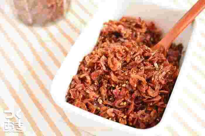 乾燥の小エビを使って、簡単に作れる佃煮。作り置きできますので、ご飯にかけたり、お弁当に入れたり、いろいろと重宝します。おにぎりにしたり、和え物に使うのもよさそうですね。
