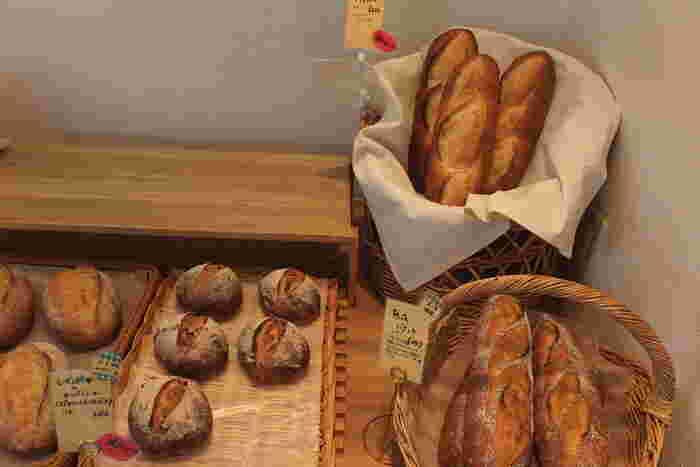 バケットからハード系、惣菜パンや菓子パン等さまざまな種類のパンが揃うパンヤオルタ。トッピングなどに使われる野菜や果物は旬のものを使い、極力地元産のものを使用しています。どれも優しい味わいで美味しい。