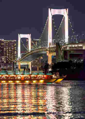 屋形船のコースは、お台場のレインボーブリッジの下を通ったりします。食事を楽しみながら、キラキラした東京の街の景色を堪能できます。