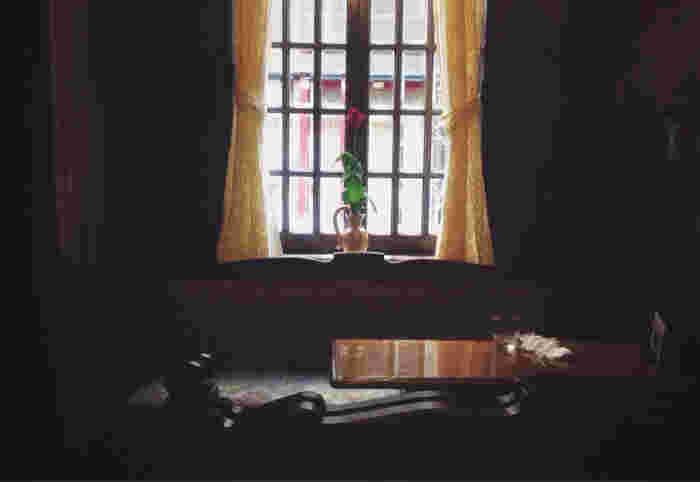 窓から差し込む光も、なぜか時がとまったように感じます。