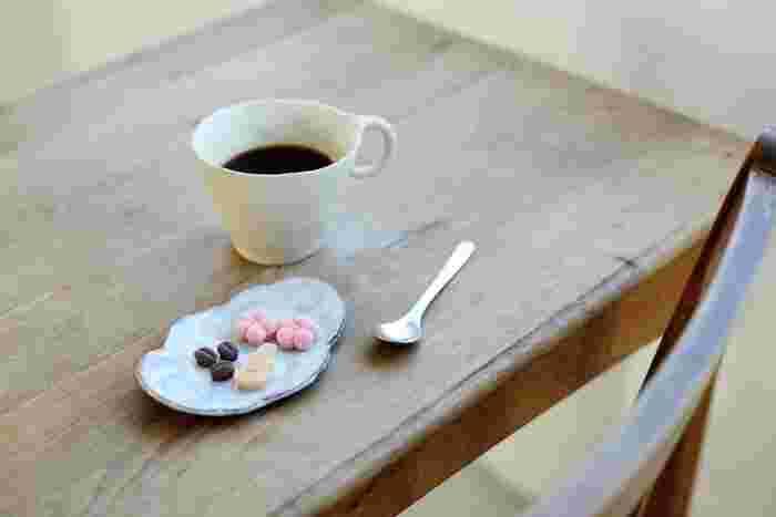 和三盆糖100%ならではの風味と食感が味わえる「HIYORI」の和三盆。抹茶だけでなく、煎茶やコーヒーなど様々な飲み物と合うのも魅力です。