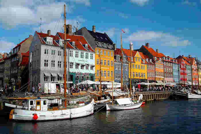 デンマークの首都「コペンハーゲン」は世界的に有名な街。またデンマークはアンデルセン童話の生まれた地でもあり、おとぎの国のようなかわいい観光名所が随所にあります。特に港の「ニューハウン」はカラフルな建物に船、テラスのあるお店など、ぶらりと歩くだけで楽しい場所です。