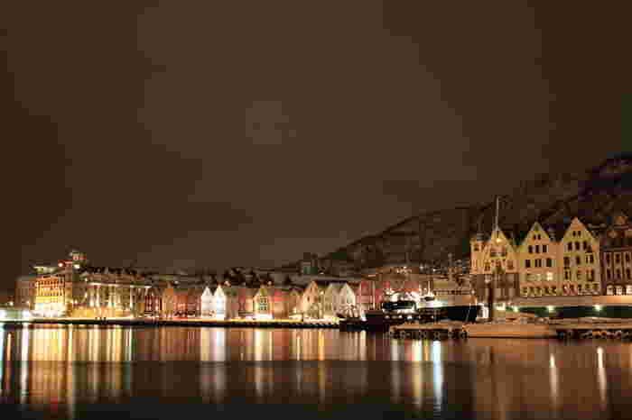 海に建物が反射して夜景も美しい!まるでおとぎ話の中に迷い込んだような光景は目に焼き付けておきたいですね。