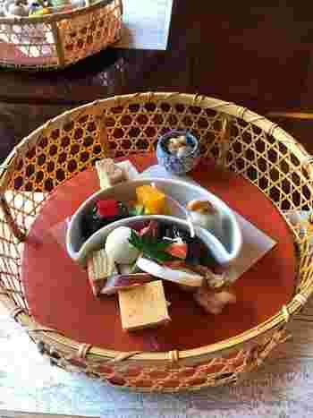 花籠膳は、寄せ豆腐や茶碗蒸し、蟹真丈などヘルシーなお料理がいただけます。食べるのがもったいないほど美しい盛り付けですよね。