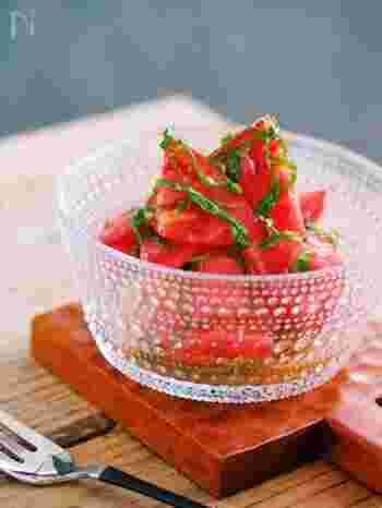 切って和えるだけ、調理時間約3分の時短レシピです。トマトと大葉を、さっぱりとしたドレッシングでいただく夏にぴったりの一品。