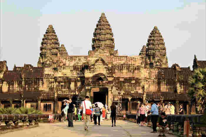 アンコール・ワット中央部分に位置する5つの祠塔は、クメール建築の傑作と称されています。その美しい姿を一目見るために、カンボジア国内外から大勢の観光客がこの地を訪れているほか、5つの祠塔はカンボジアの国旗にも記されています。