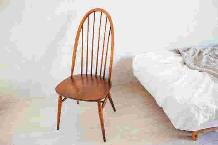アーコール(ERCOL)といえば、蒸気の力で一本の木を曲げる曲木の技術で美しい椅子を仕上げることで有名な家具メーカー。  イギリスのファッションデザイナー、マーガレット・ハウエルがアーコール社の椅子の素晴らしさを訴え、廃番になっていたバタフライチェアとスタッキングチェアを復刻させたことでも知られています。  非常に丈夫で、美しいラインを描くフォルムが魅力的なんですよね。