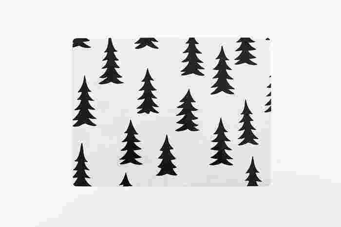 スウェーデン発の「Fine Little Day(ファイン リトル デイ)」は、おなじみのもみの木がブランドのモチーフにもなっています。北欧の森を彷彿とさせる心落ち着くデザインは、スウェーデンの自然からインスパイアされたものばかり。ここ数年で日本でも人気急上昇しており、アメリカなど世界中にもファンを多く持つブランドです。