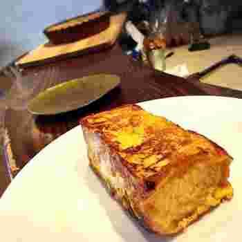 もう1つの朝ごはんは、「フレンチトースト」。外はカリっと中はふんわりで、しっかり中まで味が染み込んでいます。トーストは分厚めで食べ応えもばっちり!モーニングなら、出来立てが食べられるかも♪
