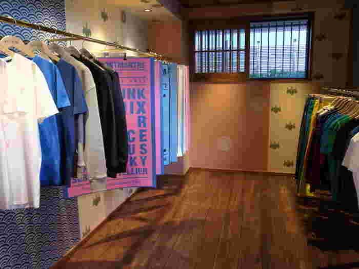 店内はカフェスペース以外に、CDなどの音楽レーベル、iphoneケースやキーホルダーなどのアクセサリー、Tシャツやポロシャツのブランド「Kitsune Tee」を販売しています。