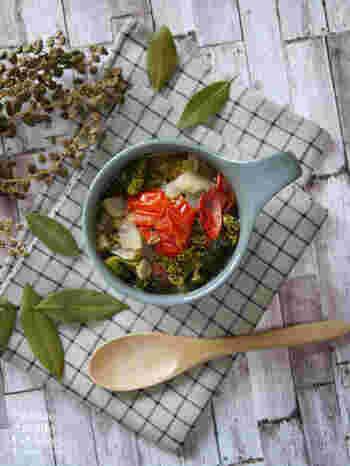ケールとセロリ、トマトをたっぷりとアレンジしたミネストローネスープです。ケールはざく切りにして煮込むとスプーンですくいやすく、食べやすくなります。