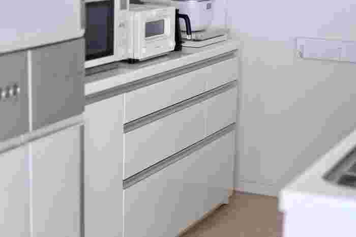 シンプルで美しいキッチンボード。引き出しや扉のついているものなら、外からも見えずにキッチンもスッキリと見えます。でも「あれ?どこいったっけ?」となりがち。