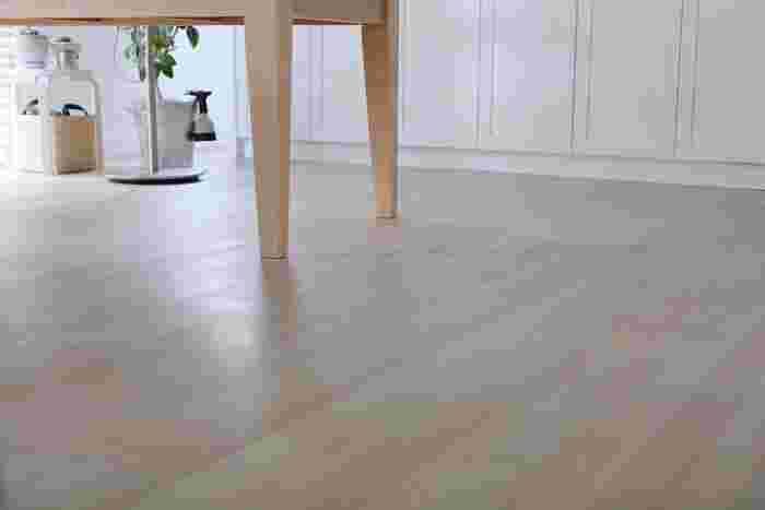 フローリング掃除は、モップや掃除機だけ、というお家が多いのではないでしょうか。  フローリング用シートも、汚れもしっかり落ちるし、使用感が良いものも増えてきました。 そのため、ワックス掛けまでは億劫と思われるかもしれませんが、ワックス後の艶や質感は断然変わります。 また、家具による擦り傷や食べ物の着色汚れなど、様々なダメージからもフローリングを守ってくれるんです。