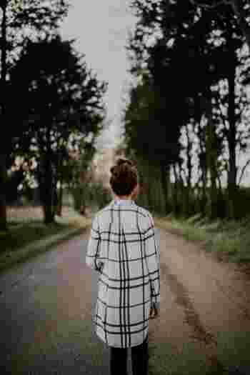 一人で行う朝散歩。家事や育児、仕事といった日常に惑わされることなく、自分一人だけの時間を堪能することができます。  たとえば、小さい子供を持つお母さん。朝の10分だけ、旦那さんに子供を任せて、つかの間の一人時間を持ってみると、ほんの短い時間でも驚くほどリフレッシュ効果が高いことに気づきます。子供といっとき離れることで、子供との日常をもっと濃やかに過ごすことができるようになります。