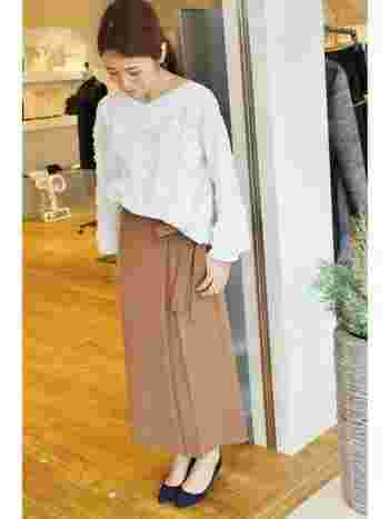 ハリ感ブラウス×ロングスカート。ナローなシルエットのスカートには、前だけインでメリハリをプラス。ウエストのリボンをちらりと見せるのがポイントです。