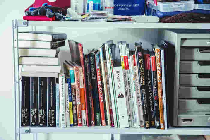 本棚にはレザークラフト関連の本がびっしり