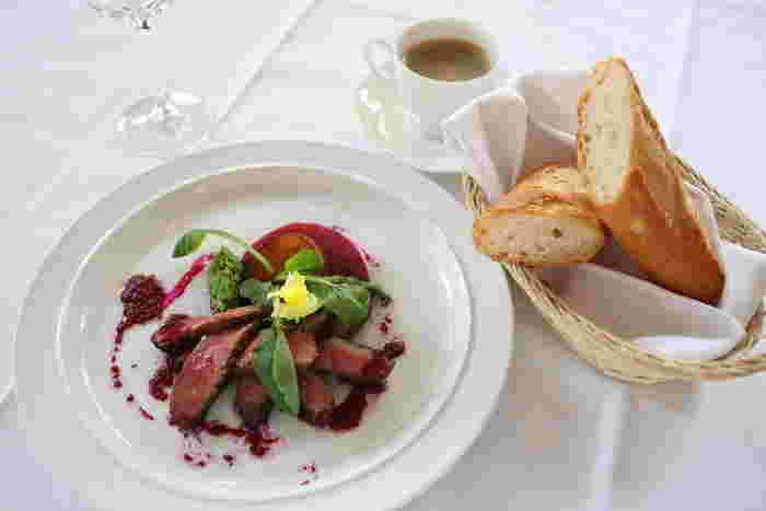 シーンに応じて選べる豊富なコース・メニューがあり、カジュアルにも、セミフォーマルでも利用できるレストランです。