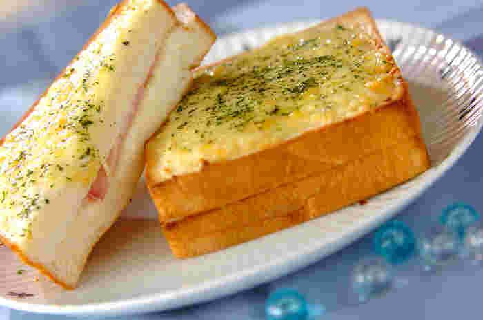 こちらは「クロックムッシュ」。1910年にフランスのカフェで作られたのが始まりと言われています。  伝統的なレシピは、パンにエメンタールチーズなどとハムを挟んだものを、フライパンでバターソテーしてベシャメルソースを添えるものですが、最近はレシピのバリエーションが豊富になりました。  お店によってチーズの種類を変えたり、パンにチーズをトッピングしてトースターで焼くなど様々なレシピがあります。