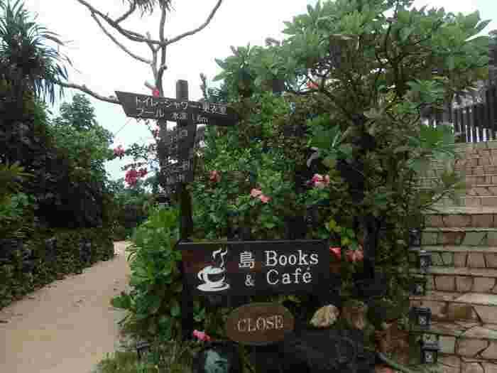 ビーチの入口にあるカフェ。朝はコーヒーが無料でいただけるようです。ゆっくりと本を読みながら過ごす朝の時間、普段では味わえないような贅沢な時間ですね。