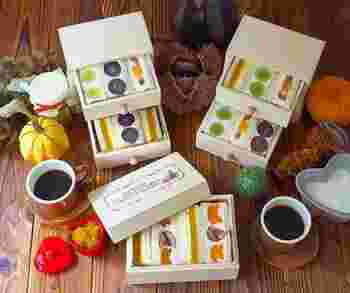 巨峰、マスカット、柿、いちじくなど秋のフルーツを使ったサンドイッチを、引き出しや箱に詰めて。なんと素敵なアイデアでしょう。開けるのが楽しみですね。ピクニックのお弁当やお土産などにすると、とても喜ばれそう。