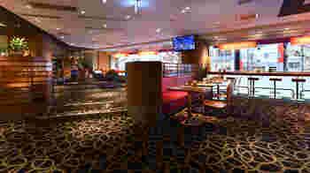 新宿駅西口から徒歩5分程度、青梅街道沿いの「イビス東京新宿」というホテル館内2階にあるカフェ、「ランデヴー(Cafe Rendezvous)」をご紹介。  一般客利用、カフェのみの利用もOK。カウンター席は電源設備があり、無料Wi-Fiも使えますよ◎