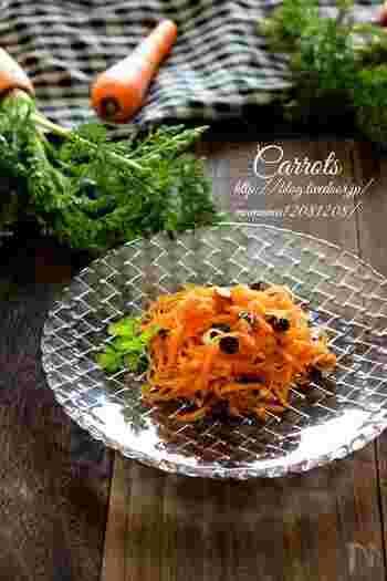 こちらのキャロット・ラペのレシピは、ハニーマスタードソースがポイントです。レーズンとアーモンドを加えて、異なる食感も楽しんで。