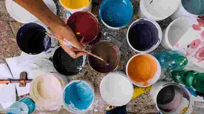・ペンキ 2×4材は好きな色に塗ることができるのが嬉しいですよね。どうせならインテリアに合わせた色にこだわってみましょう。こちらもホームセンターやネット通販で購入できます。やすりをかけて2×4材をきれいに仕上げてから塗装しましょう。