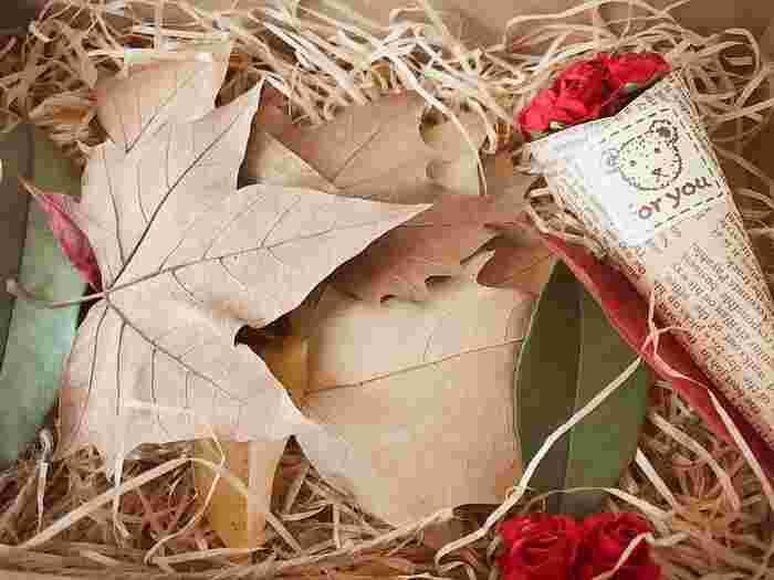 ギフトボックスに枯れ葉を詰めるのも素敵なアイデア。贈られた人の笑顔は見えるようですね。