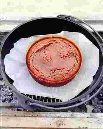 ダッチオーブンやホーロー鍋でできる、簡単なのに本格的な濃厚チョコレートケーキ。泡立ていらずで、材料を混ぜて焼くだけ!火の通し方を控えめにすれば、中はとろりとフォンダンショコラ風に。野外とは思えないリッチなスイーツです♪