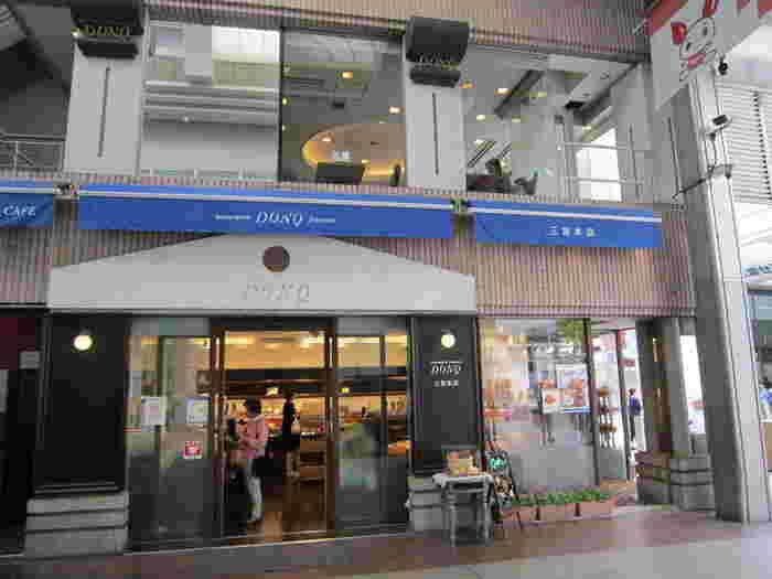 創業110年を誇る神戸生まれの老舗ベーカリー『DONQ(ドンク)』。三宮センター街に構えるこちらの本店は、一階がベーカリー、二階、三階にカフェがあります。