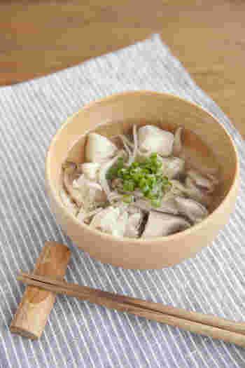 鍋に、水と酒を煮立たせ、鶏肉を加えて最後に塩キノコを投入します。キノコから出る旨味で、ダシ汁がなくても美味しいスープが作れます。