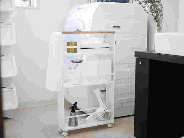 空間に限りのある洗面所は、わずかな隙間も収納として使いたいもの。スリムタイプのワゴンを使えば、幅の狭い収納スペースでも多くのモノが収納できて便利。