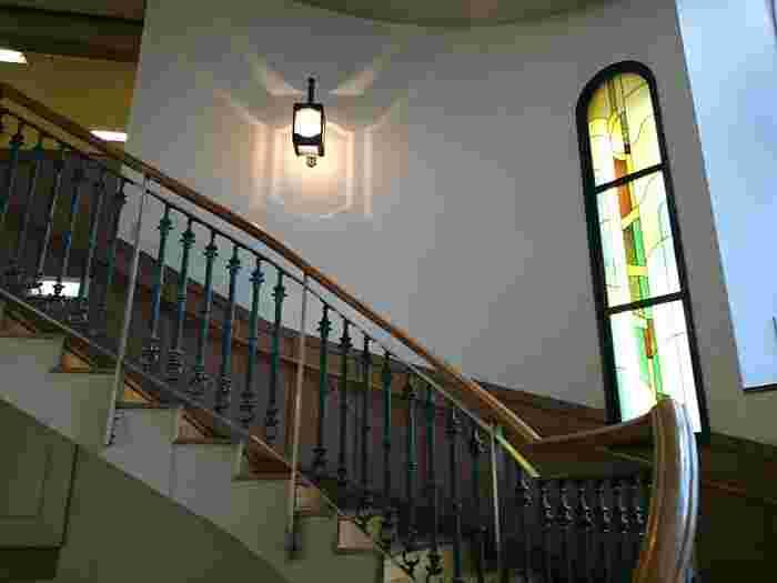 深川図書館は、1909年(明治42年)に都内で2館目の東京市立図書館として開館したのを起源とする歴史ある図書館です。以前の建物は関東大震災や空襲によって消失してしまい、数回の建て替えが行われていますが、ゆるやかな螺旋階段やステンドグラスなど、レトロな雰囲気を今も感じられます。