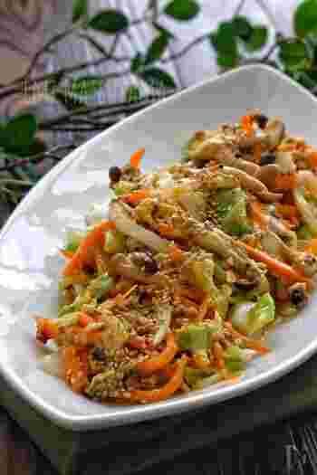 豚ひき肉×キャベツに、ニンジン・しめじ・卵を加えることで彩り豊かな一品に。ひき肉と卵が入っているため、野菜だけの炒め物より子どもが喜んで食べてくれそう♪  ピーマンや玉ねぎを加えるなど、冷蔵庫の残り物一掃レシピとしてもおすすめです。