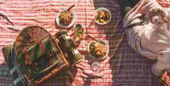 ピクニックでは料理と一緒にお皿やコップをもっていくのもいいですし、少ない荷物がよければ、食べやすいごはんをもっていくのもおすすめですよ♪