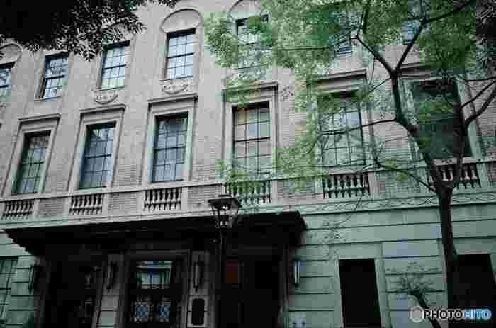 1932(昭和7)年の元日に開館した、この『綿業会館』は、建物のデザインの美しさに加えて、扉や各窓に鋼鉄のワイヤーの入った耐熱ガラスが使われていることも大きな特徴です。当時にしては珍しいこの試みが、のちに戦禍からこの建物を守ることになるのです。