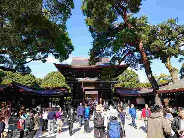 原宿駅から徒歩1分という、都内の便利な場所にある明治神宮。初詣の参拝者数が日本一の大人気の神社です。恋愛成就や商売繁盛、合格祈願など、幅広いご利益があります。