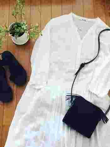 ふんわり白いワンピースをブラックで引き締めて大人っぽく。前開きなら授乳期間にも着られそうですね♪