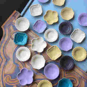 ■豆皿各種 小さなお皿はいくつあっても使えるもの。 ちょとずつおかずをのせたり、とり皿にしても◎ ブルーやラベンダー色は、ここだけの麗しい器です。