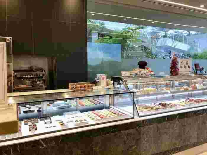 こちらのお店は、実は都内でも有名なパティスリー「ラ・プレシューズ」の姉妹店なんです。ショーケースに並ぶ端正で美しいお菓子に心が踊ります。