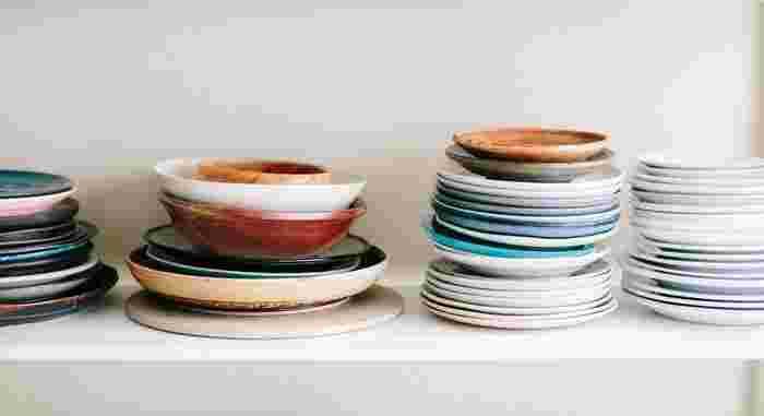"""棚の中がたくさんの食器で溢れていると、奥のものが取り出しにくく、必要な時にすぐに使うことができませんよね。逆に食器が必要最小限の量に絞られていると、棚の中に適度な""""ゆとり""""が生まれて、器を使う時に取り出しやすくなります。"""