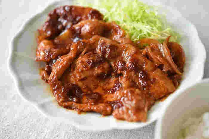 すりおろしたショウガを使った定番メニューの「豚の生姜焼き」。子供にも人気のあるレシピはたくさん作って翌日のお弁当にしても◎。すりおろしたショウガは、風味をより豊かにしてくれるだけでなく、すりおろしたショウガのタレに豚肉を漬け込むことで、厚みのある肉もしっとりやわらかく焼き上がってくれます。